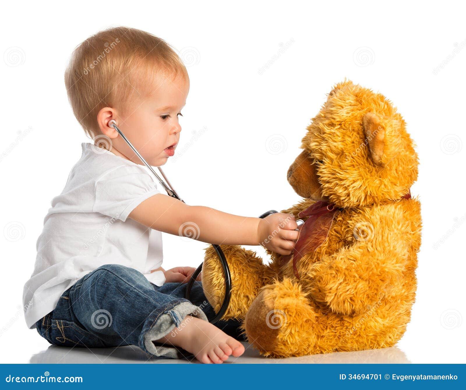 在医生玩具熊和听诊器的婴孩戏剧
