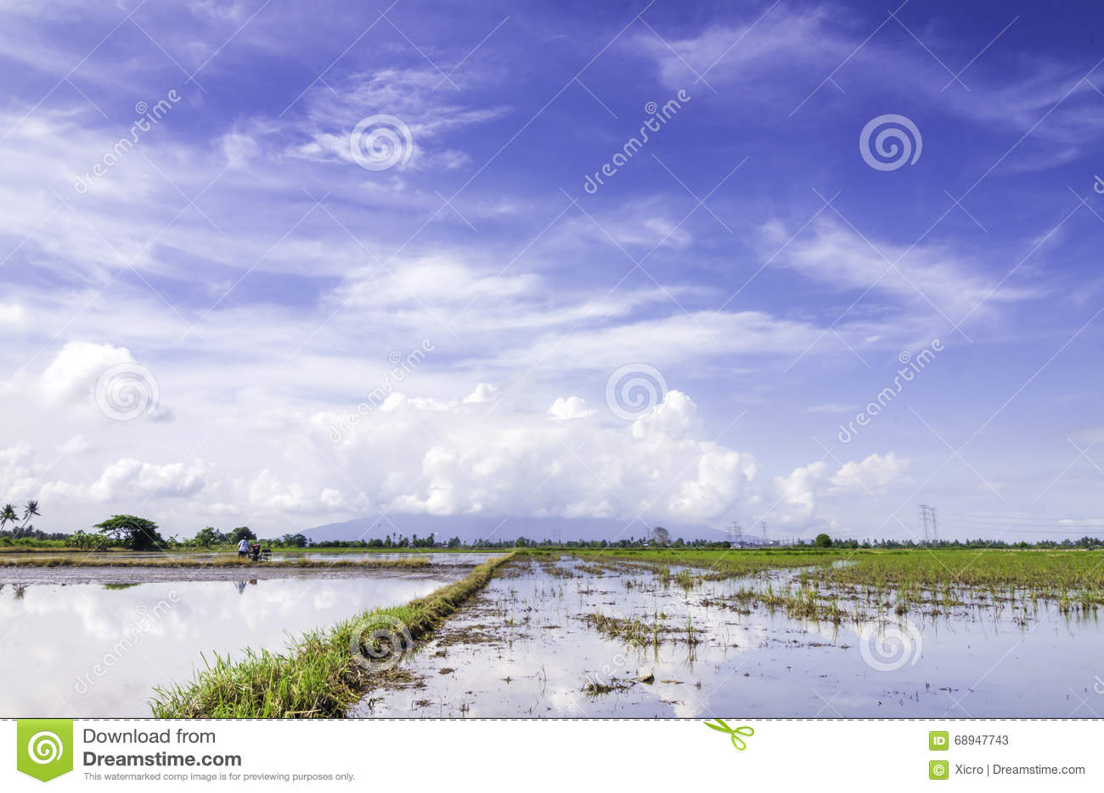 白色农夫网站_白色云彩的新的季节包括山背景 在仍然工作在他的土地的水和农夫的