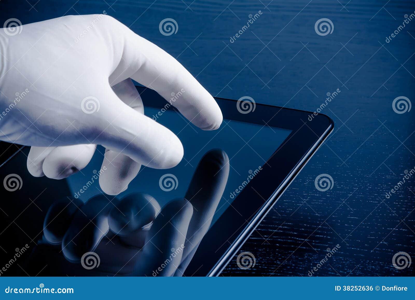 在医疗手套感人的现代数字式片剂个人计算机的手
