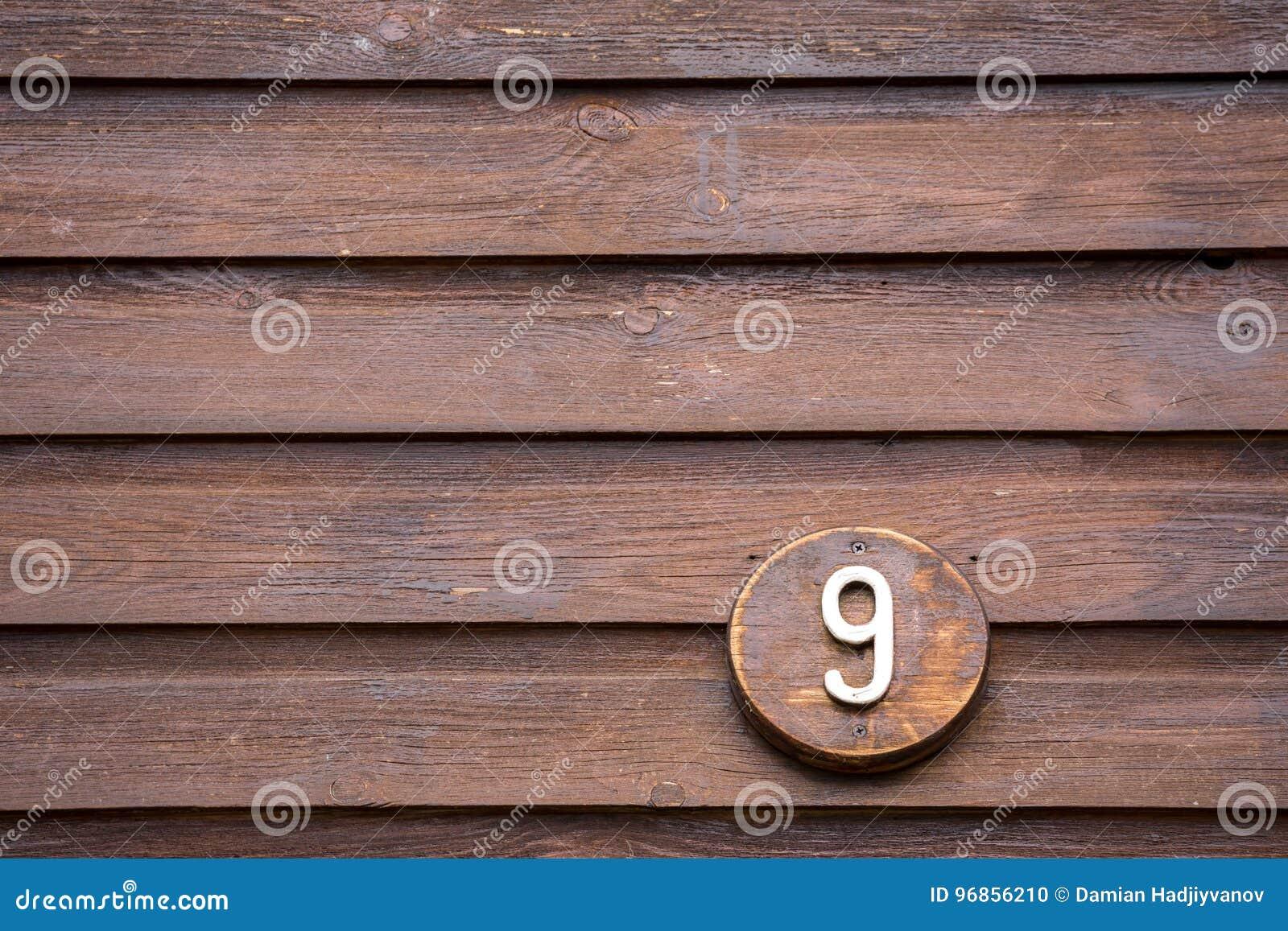 在读第九的房子的路标做了在木头外面
