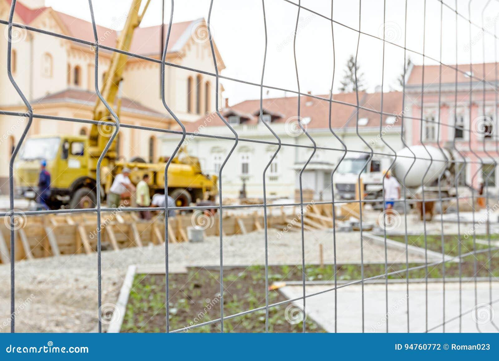 在建筑工地附近的局限的空间