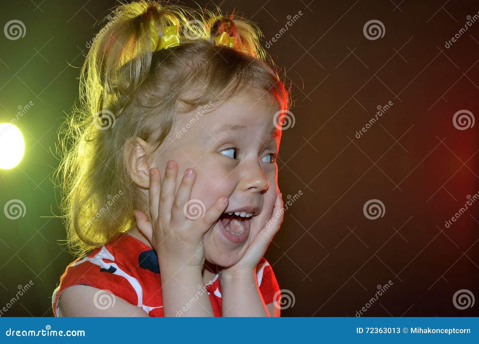 在黑背景的情感小女孩特写镜头与明亮
