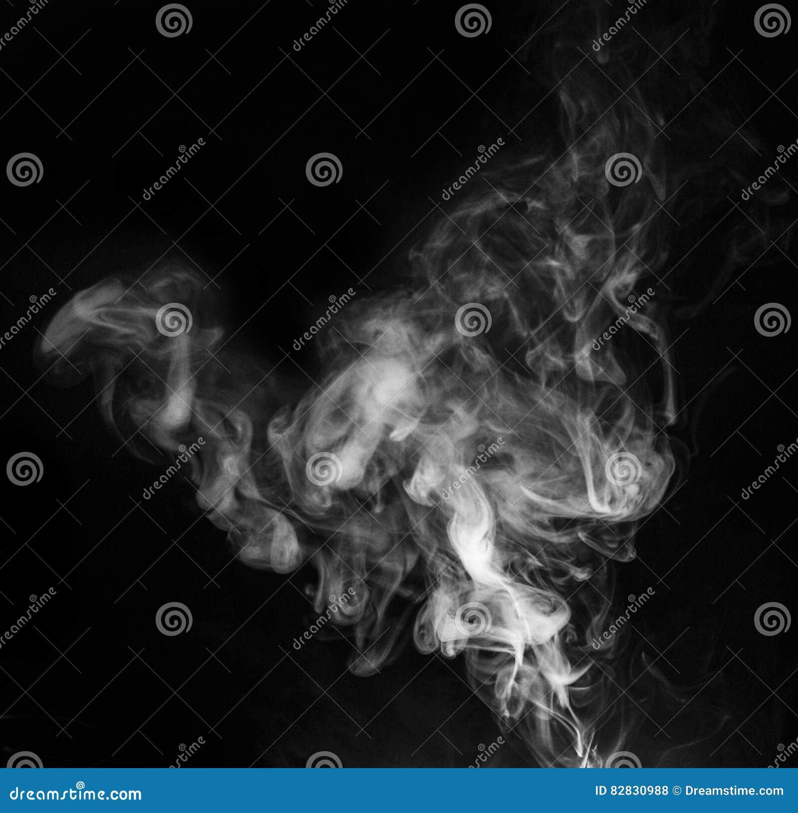 在黑背景的烟蒸汽