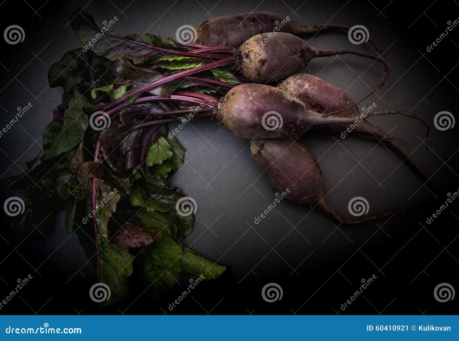 在黑背景的甜菜根