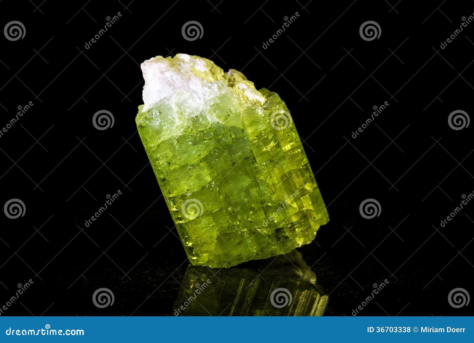 在黑色前面的绿色电气石