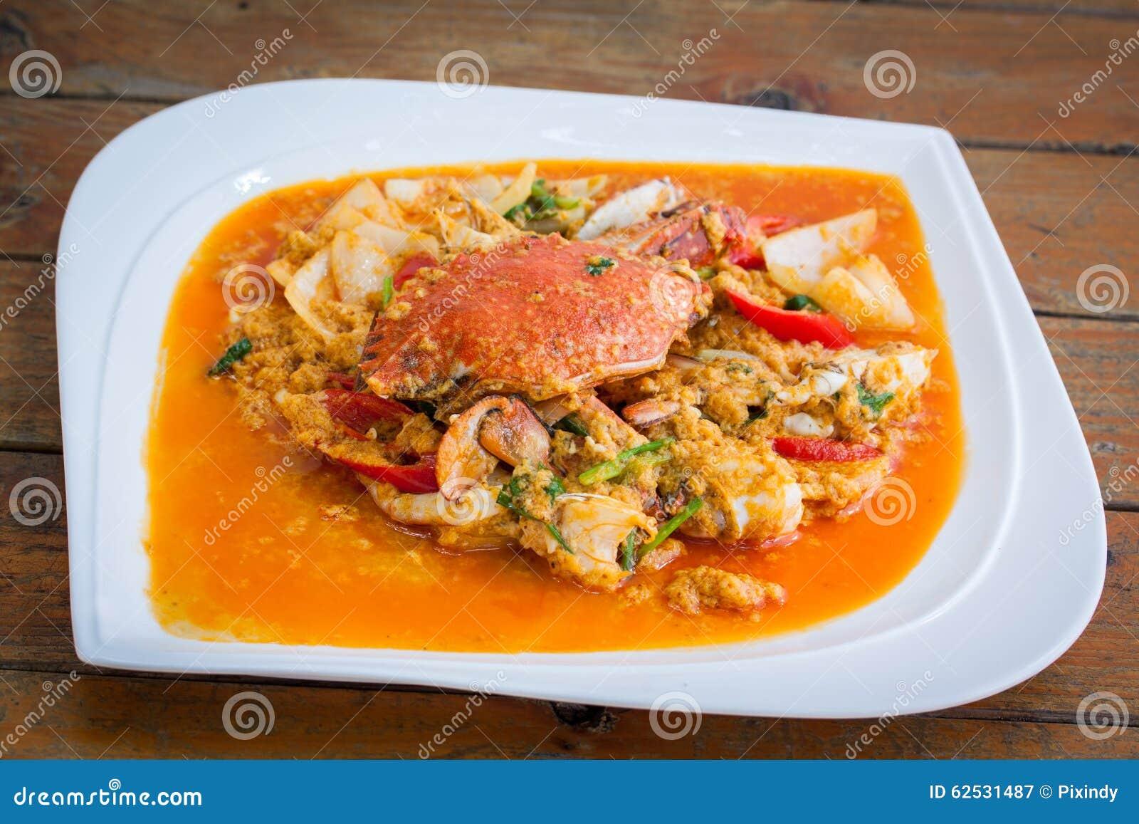 在黄色咖喱的油煎的螃蟹