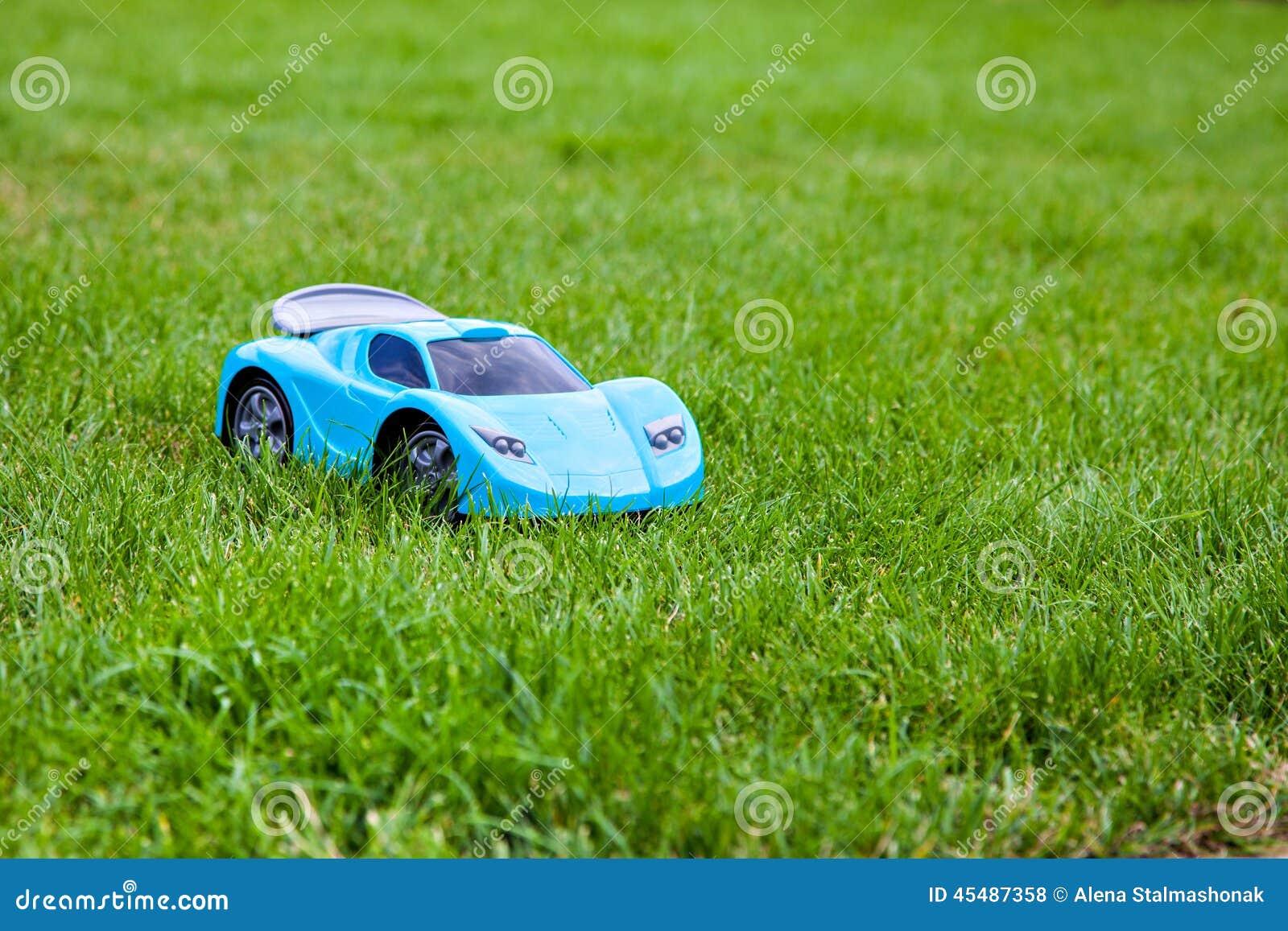 在绿色草甸的蓝色玩具跑车