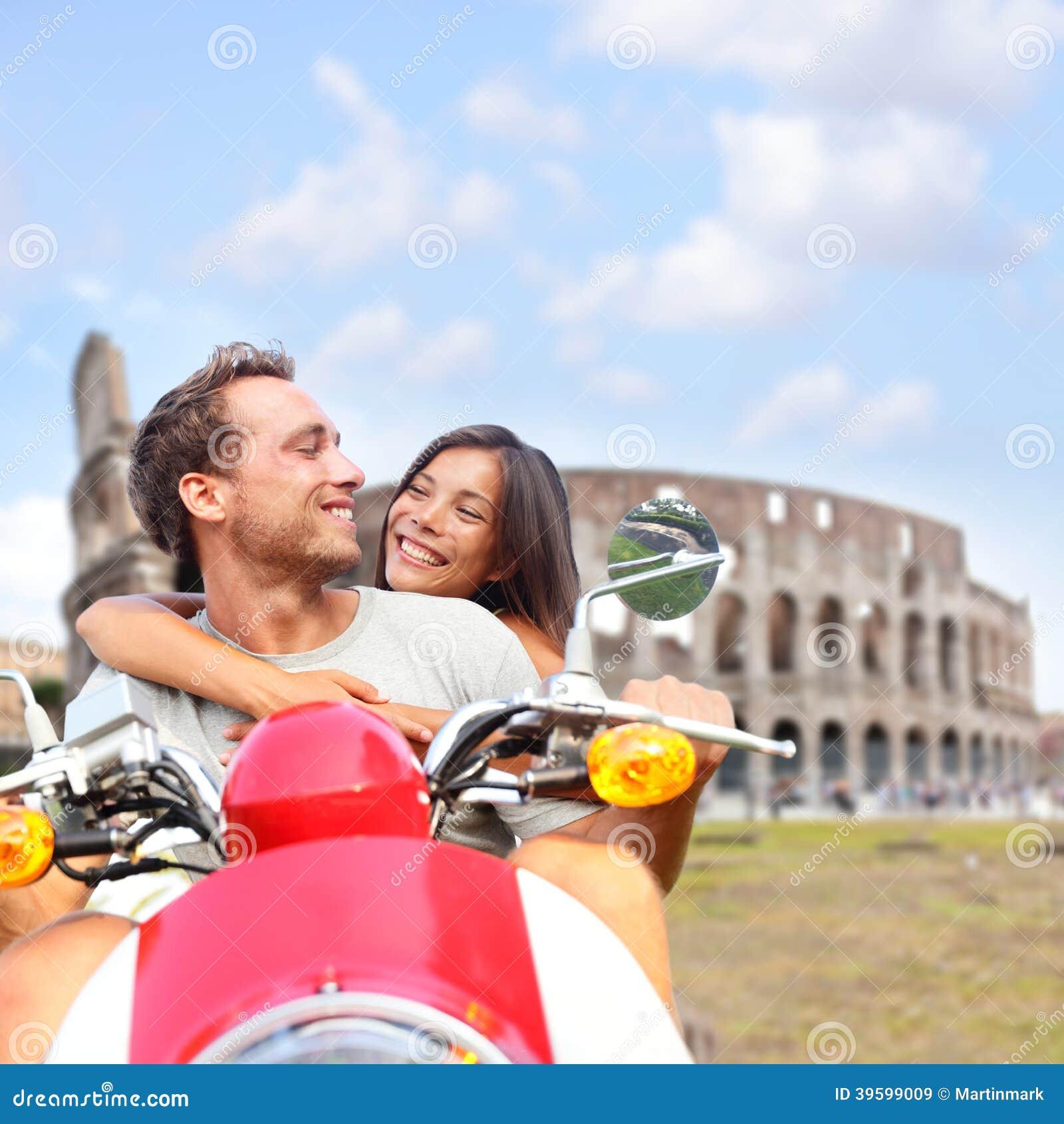 在滑行车罗马斗兽场,意大利的罗马夫妇