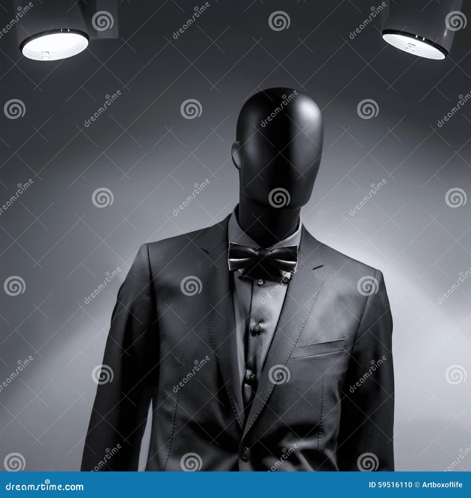 在黑衣服的时尚时装模特