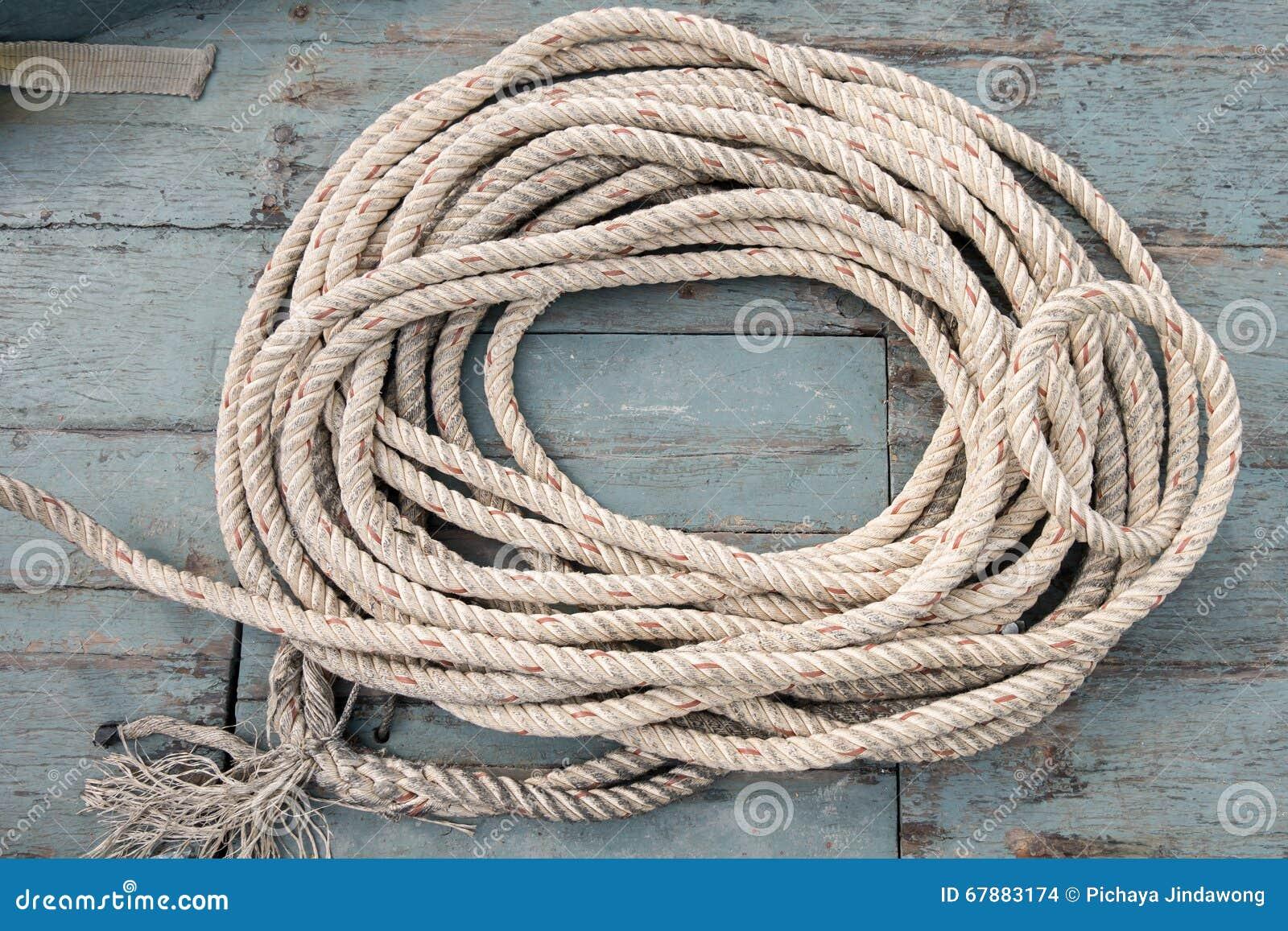 在年迈的木小船的绳索卷 顶视图