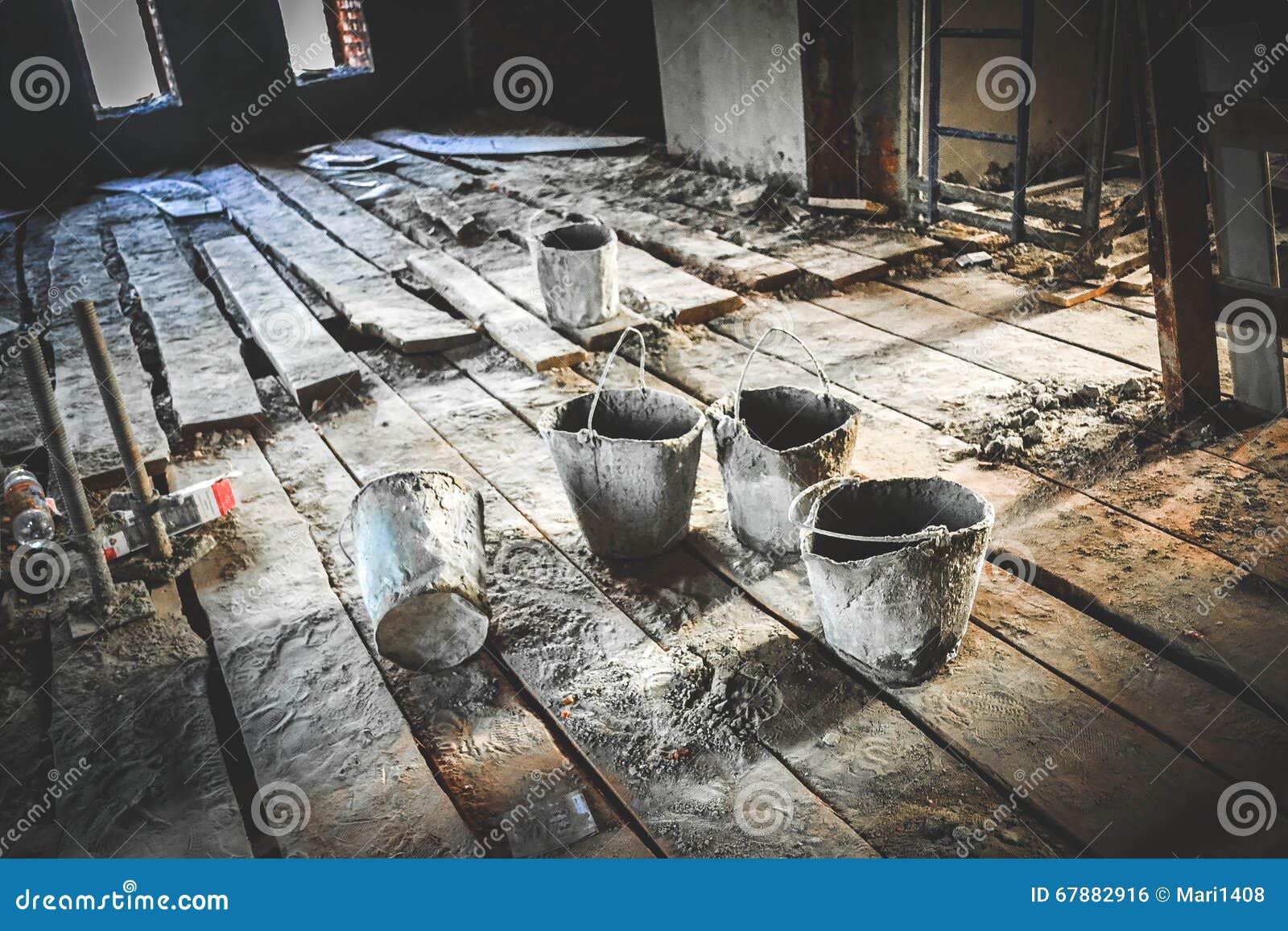 在建造场所的老肮脏的桶