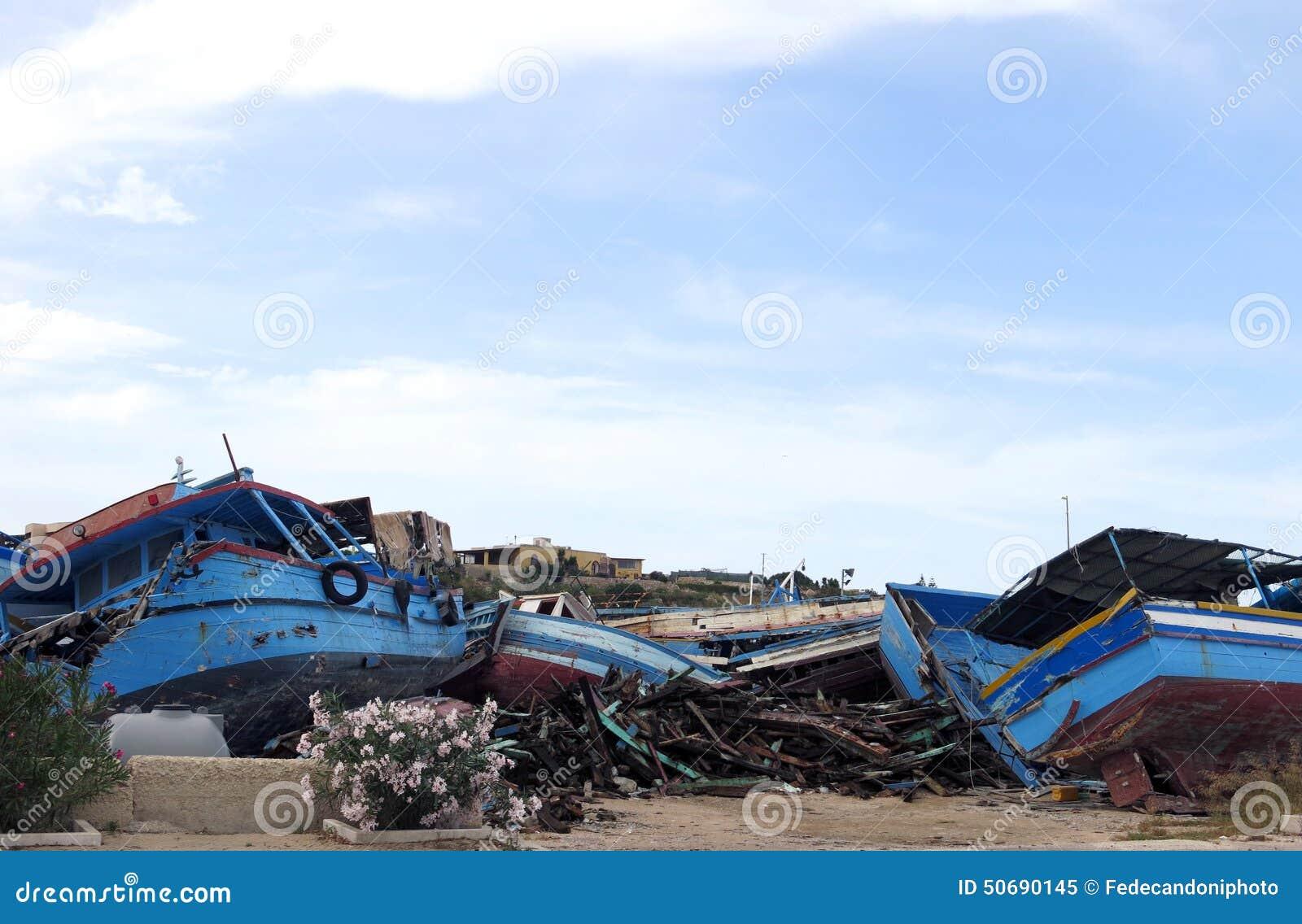 Download 在登陆以后的残破的古老海难 库存图片. 图片 包括有 planked, 登陆, 小船, 秘密, 灾害, 社会 - 50690145