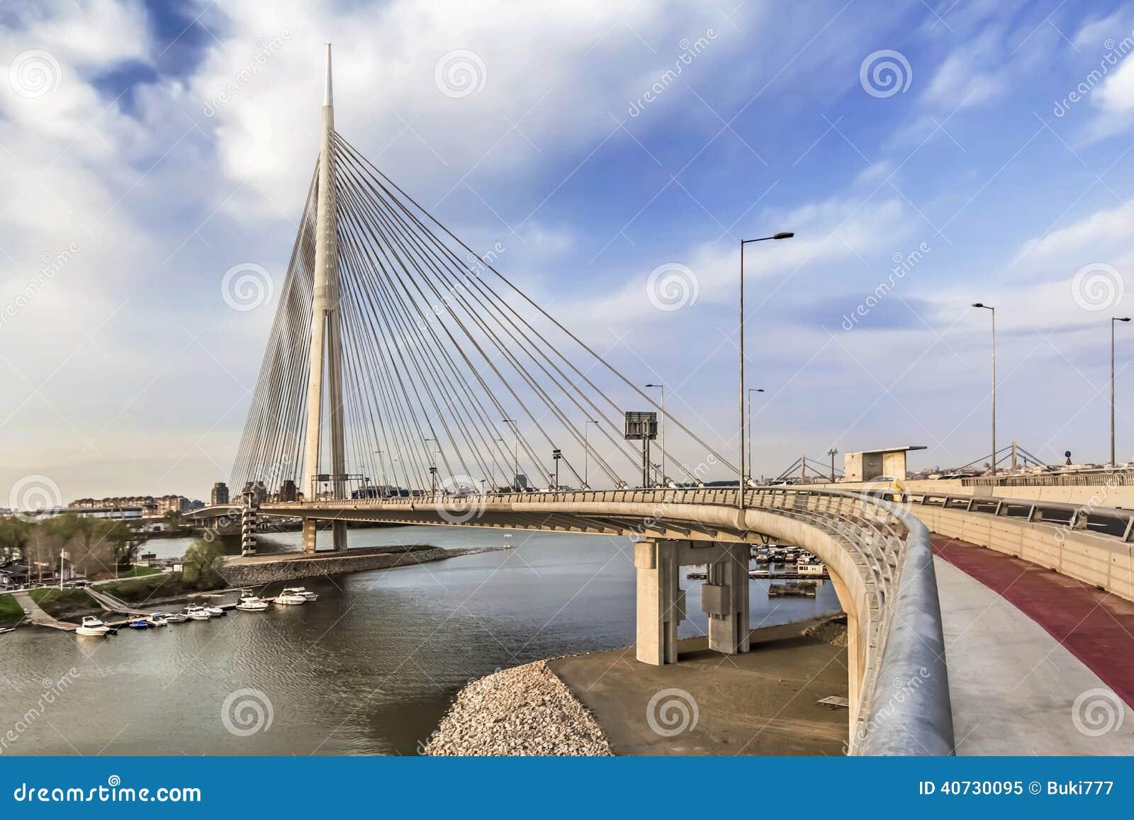 在ada定向塔在黄昏-贝尔格莱德-塞尔维亚的吊桥