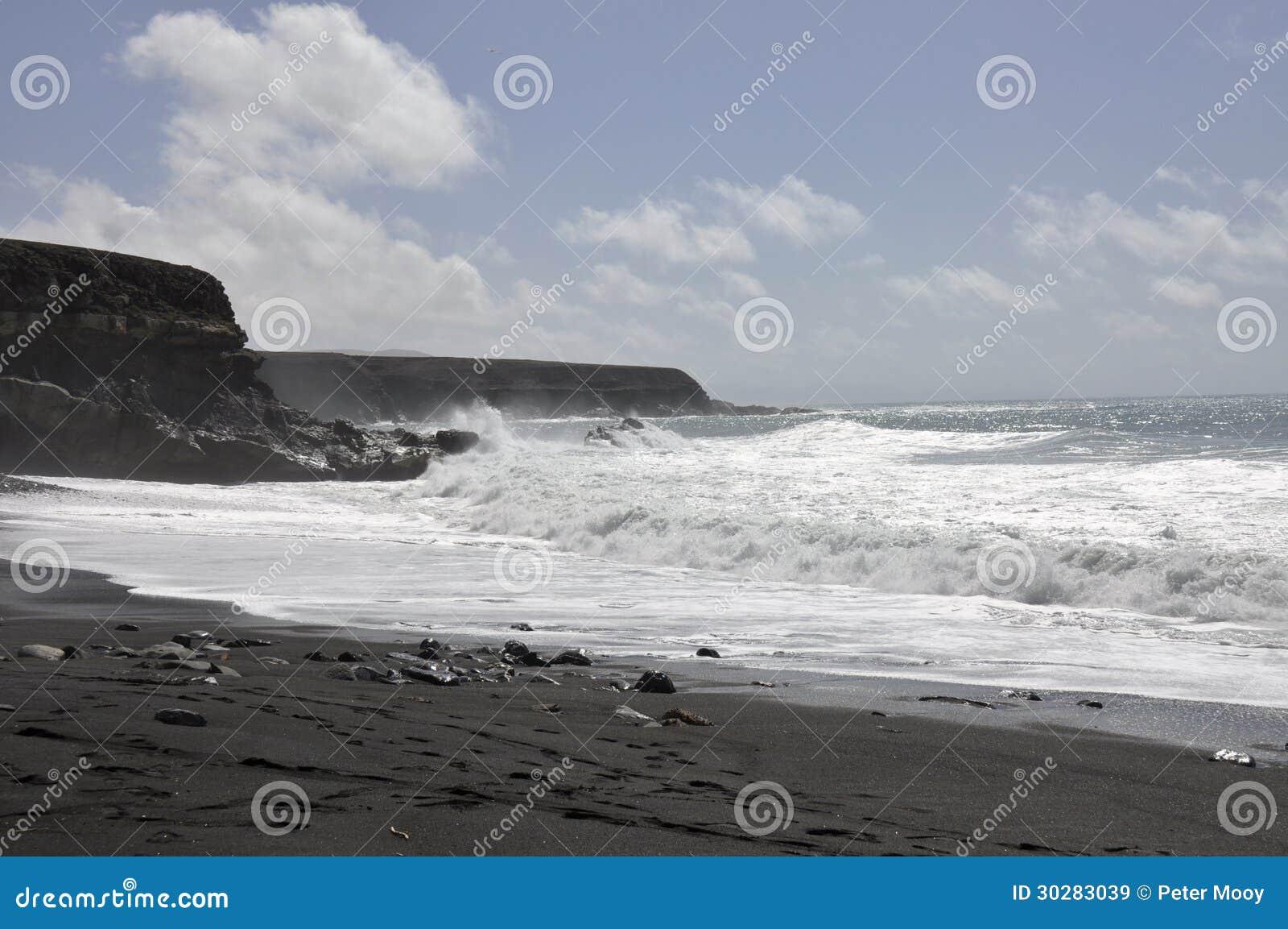 在费埃特文图拉岛的黑海滩和海浪