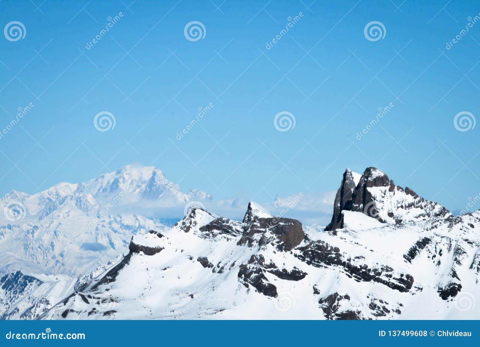 在Alpes的陡峭的岩石和多雪的moutain山顶