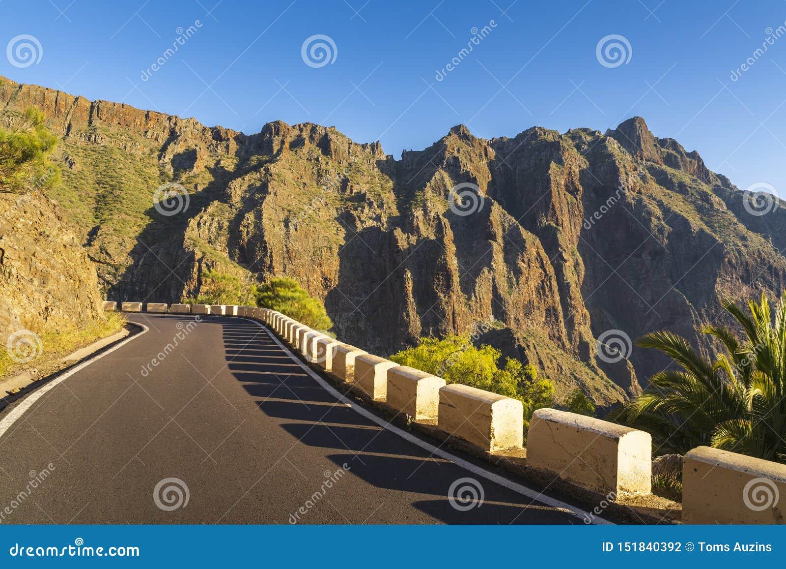 在Anaga山Taganana的路