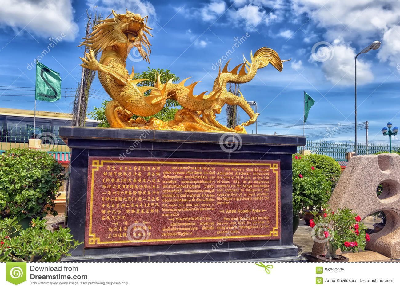 在Anek Kusala Sala Viharn Sien中国寺庙的美好的中国龙雕塑在芭达亚,