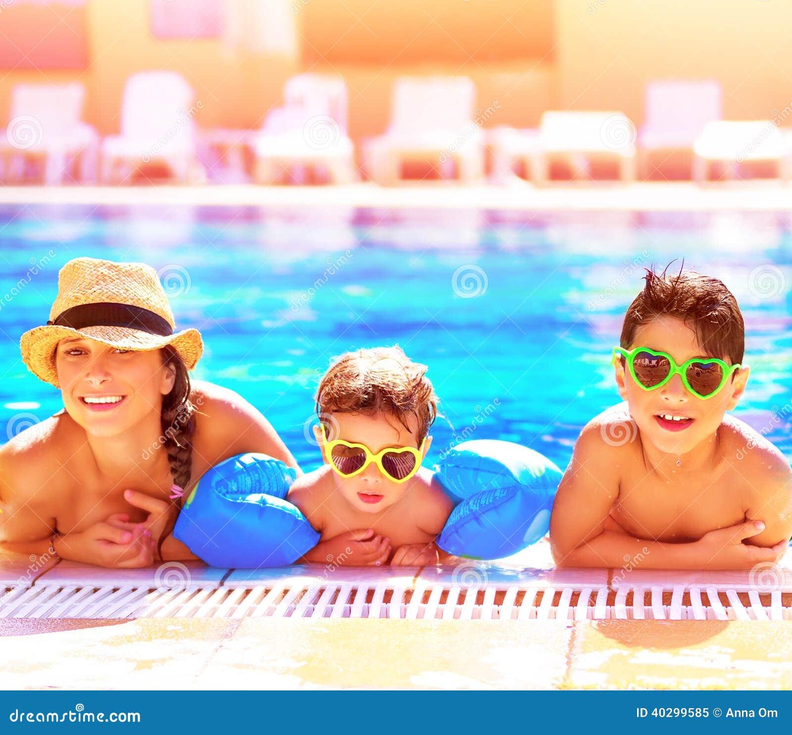 在aquapark的愉快的家庭
