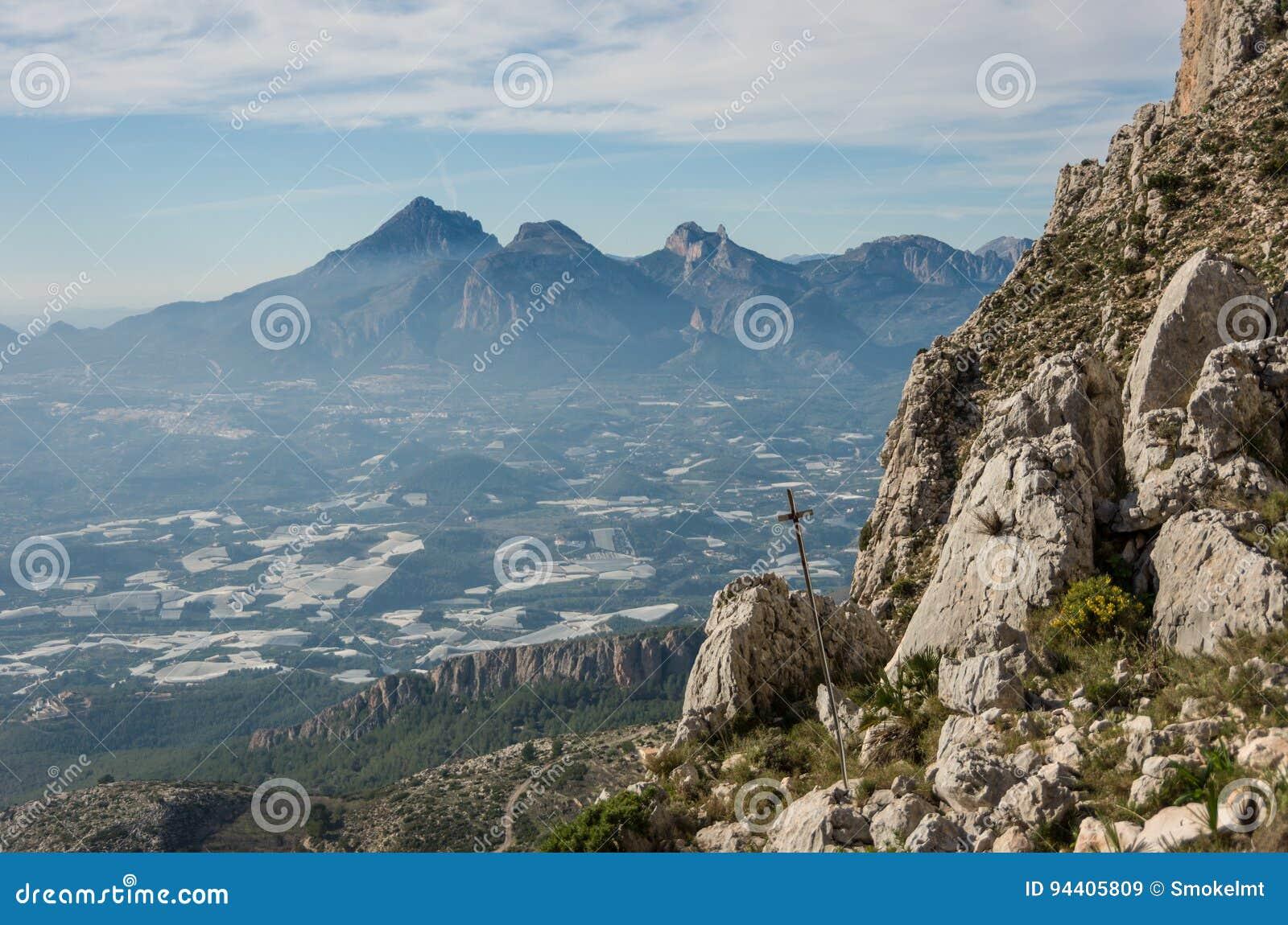 观看a_在benido附近观看sierra de bernia山脉形式倾斜,.