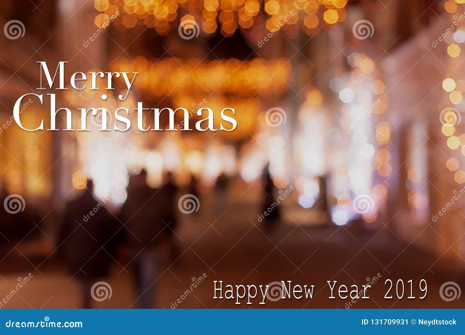 在Bokeh光的圣诞节和新年快乐卡片在街道