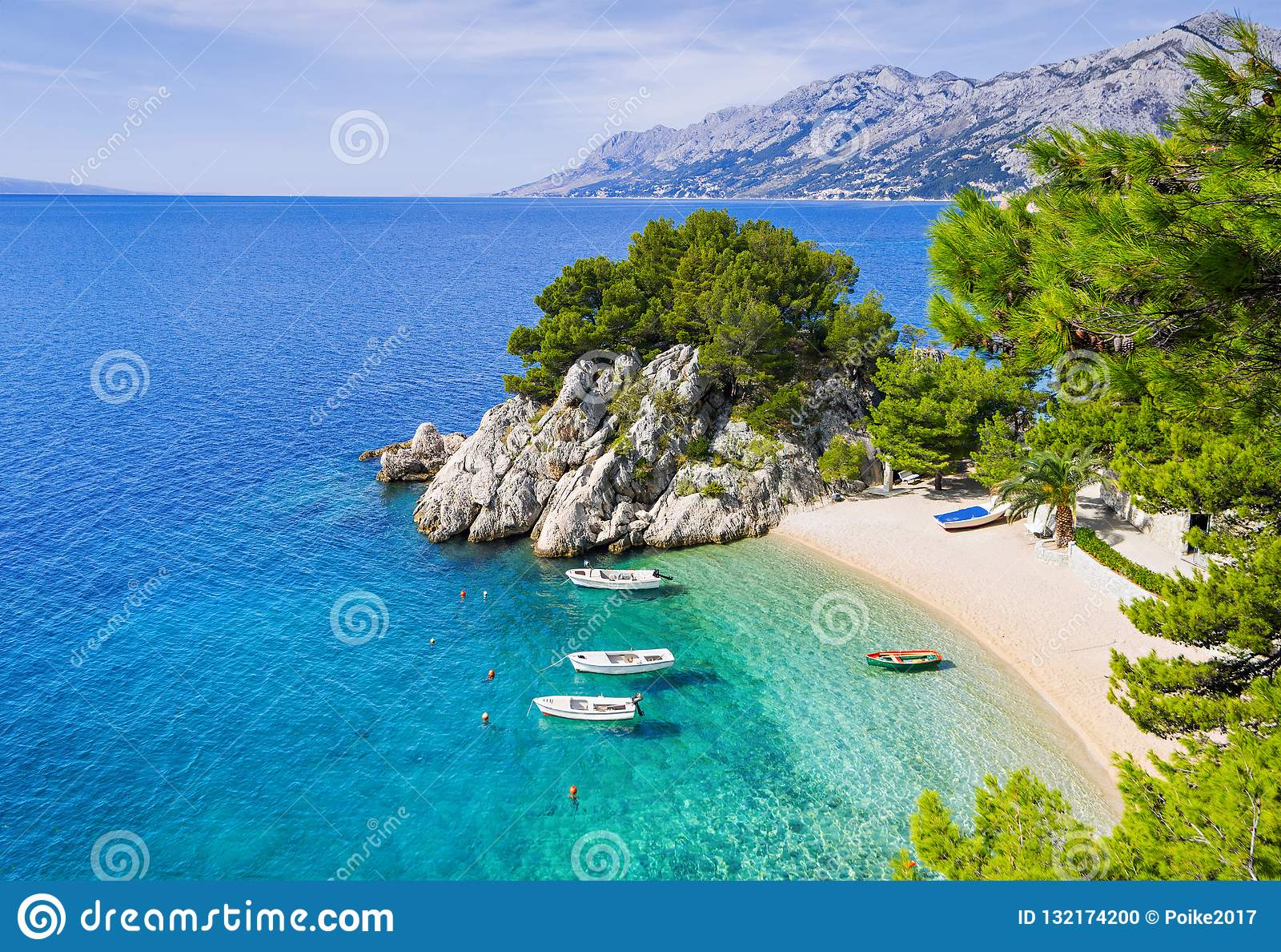 在Brela镇,达尔马提亚,克罗地亚附近的美丽的海滩 马卡尔斯卡里维埃拉,著名地标和旅行旅游目的地在欧洲