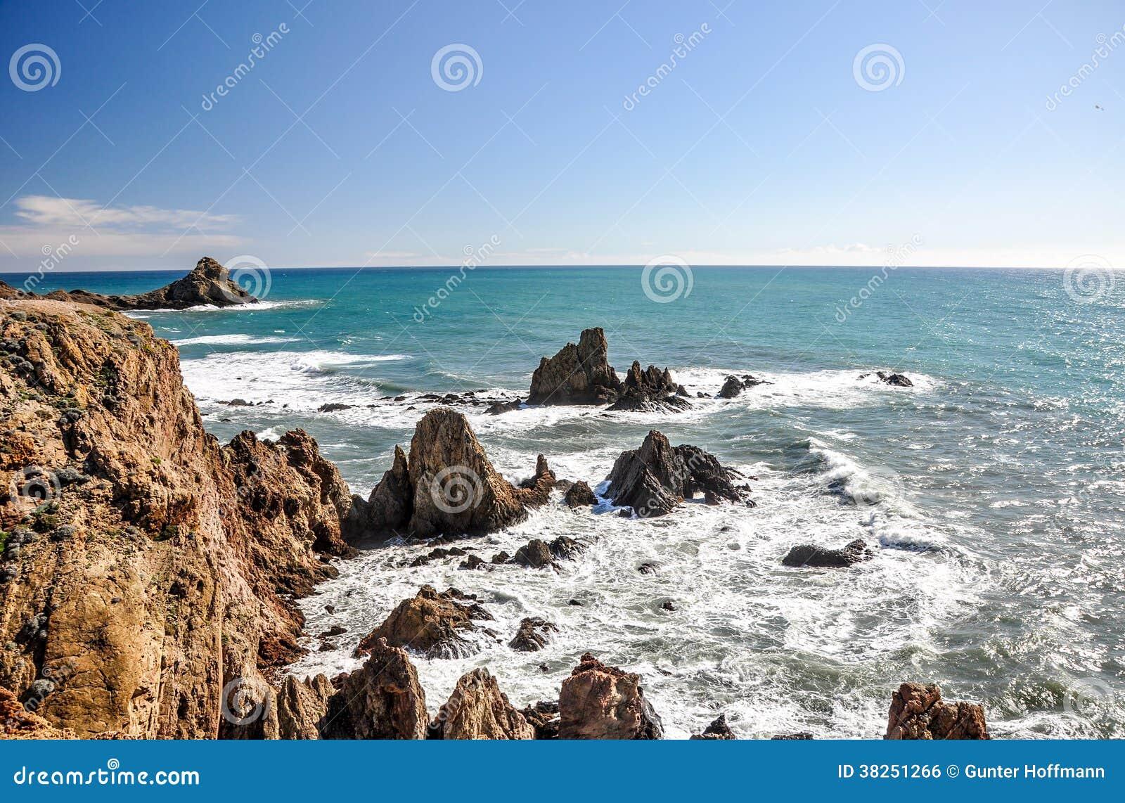 在Cabo de加塔角,安大路西亚(西班牙)的峭壁