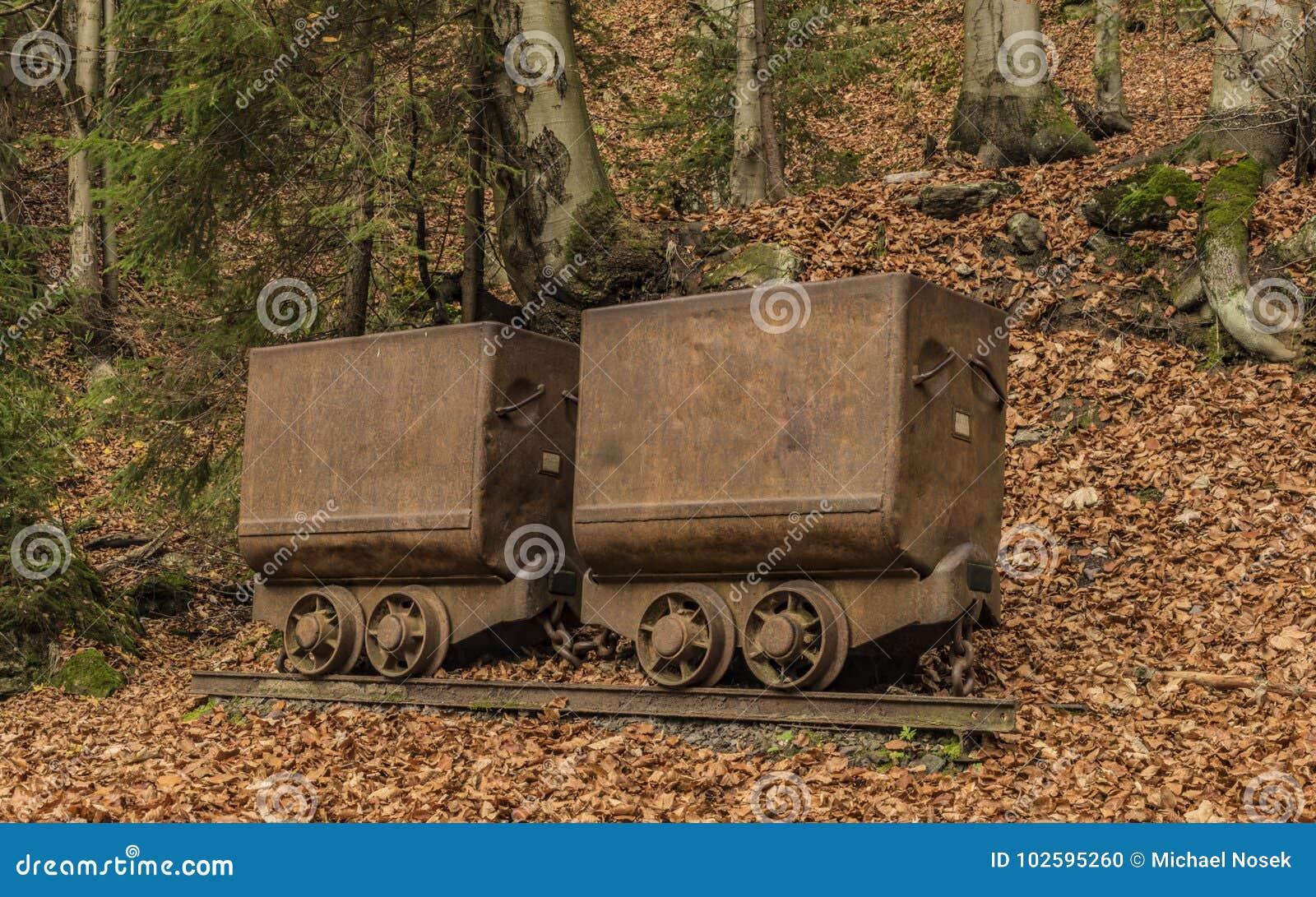 在Cerny Dul村庄附近开采推车在秋天天