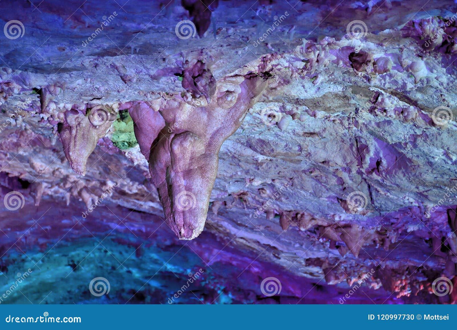 在Dachstein冰洞的Tripstone钟乳石在奥地利