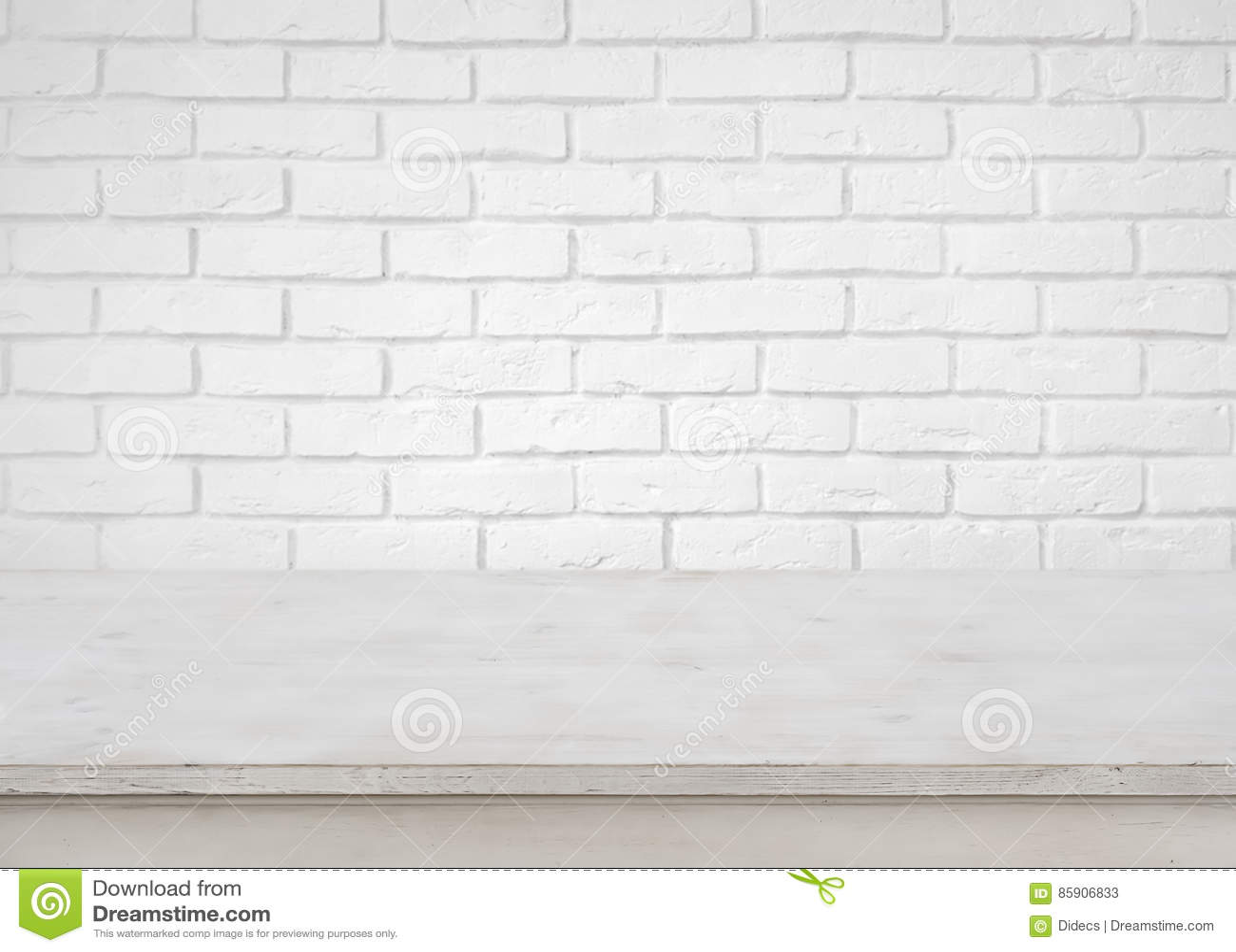 在defocused白色砖墙背景的葡萄酒空的木桌