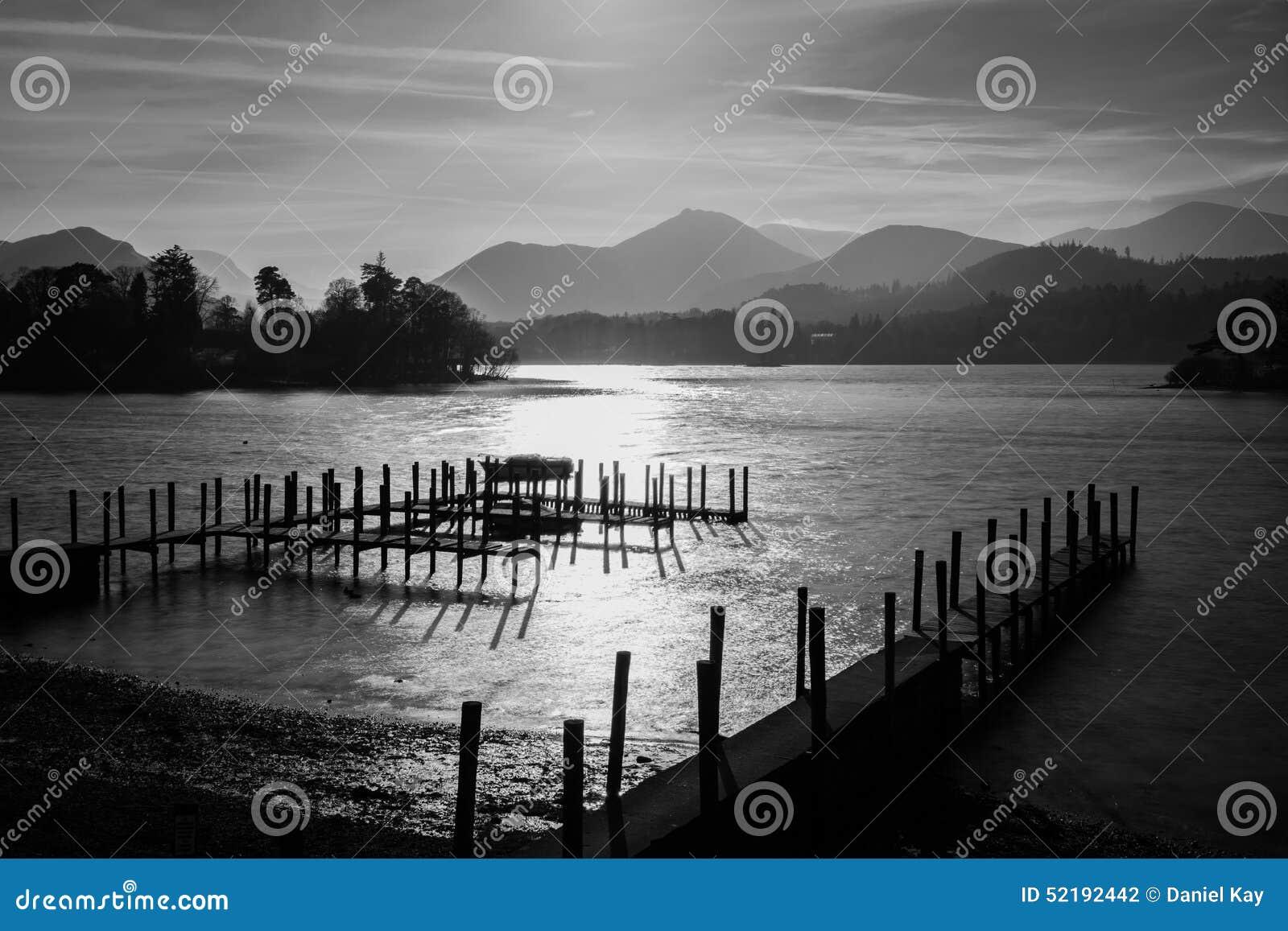 在Derwentwater湖的剧烈的黑白日落在有阴霾的湖区在山