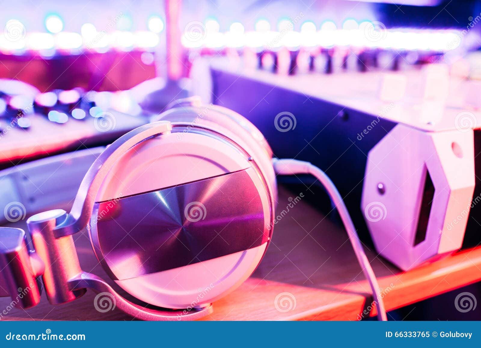 在dj的桌面上的耳机听的音乐的