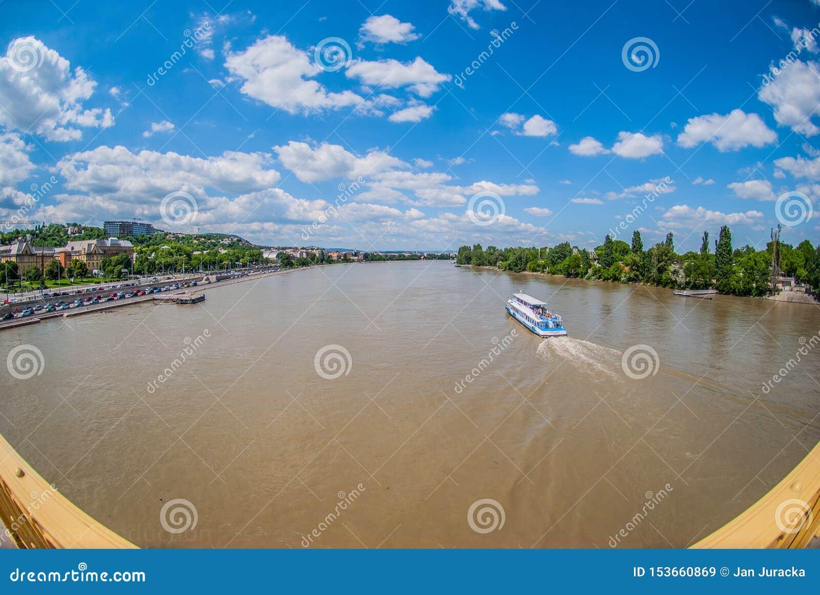 在dunai河的令人惊讶的看法在布达佩斯