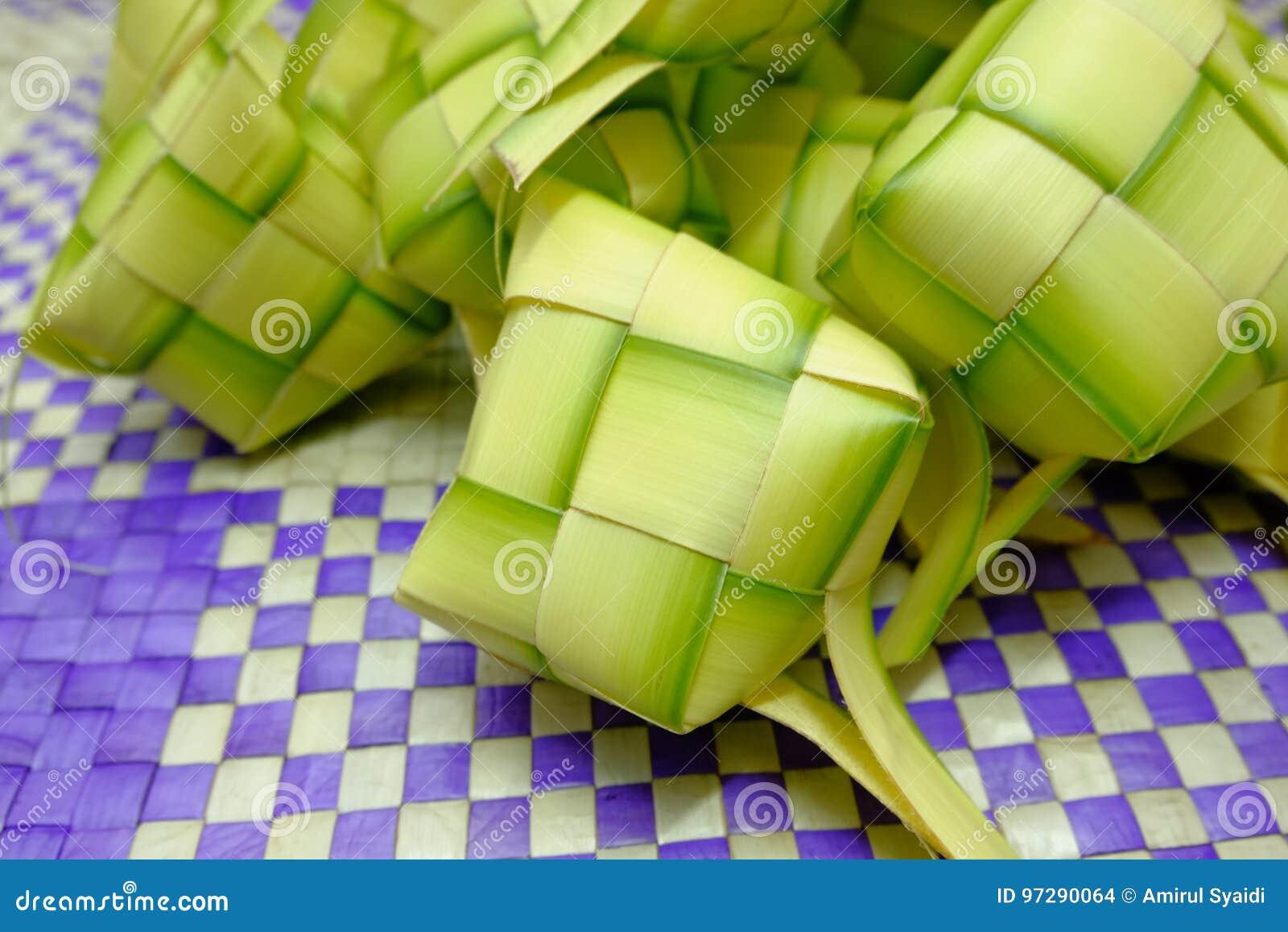 在eid穆巴拉克期间, Ketupat或米饺子是马来西亚最偶象的纤巧盘
