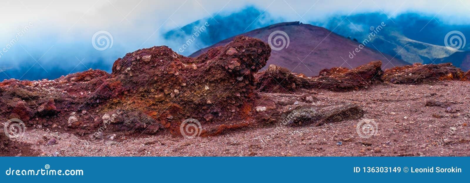 在Etna火山倾斜的石头  发现与它的贫瘠风景和熔岩石头的火山Etna