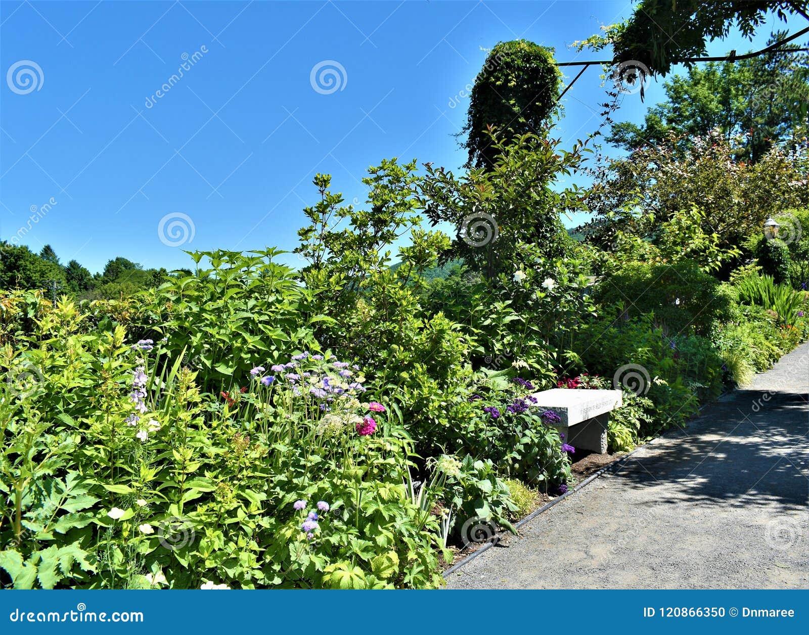 在Fowers, Shelburne桥梁的石凳在Deerfield河的落,富兰克林县, Massacusetts,美国,美国