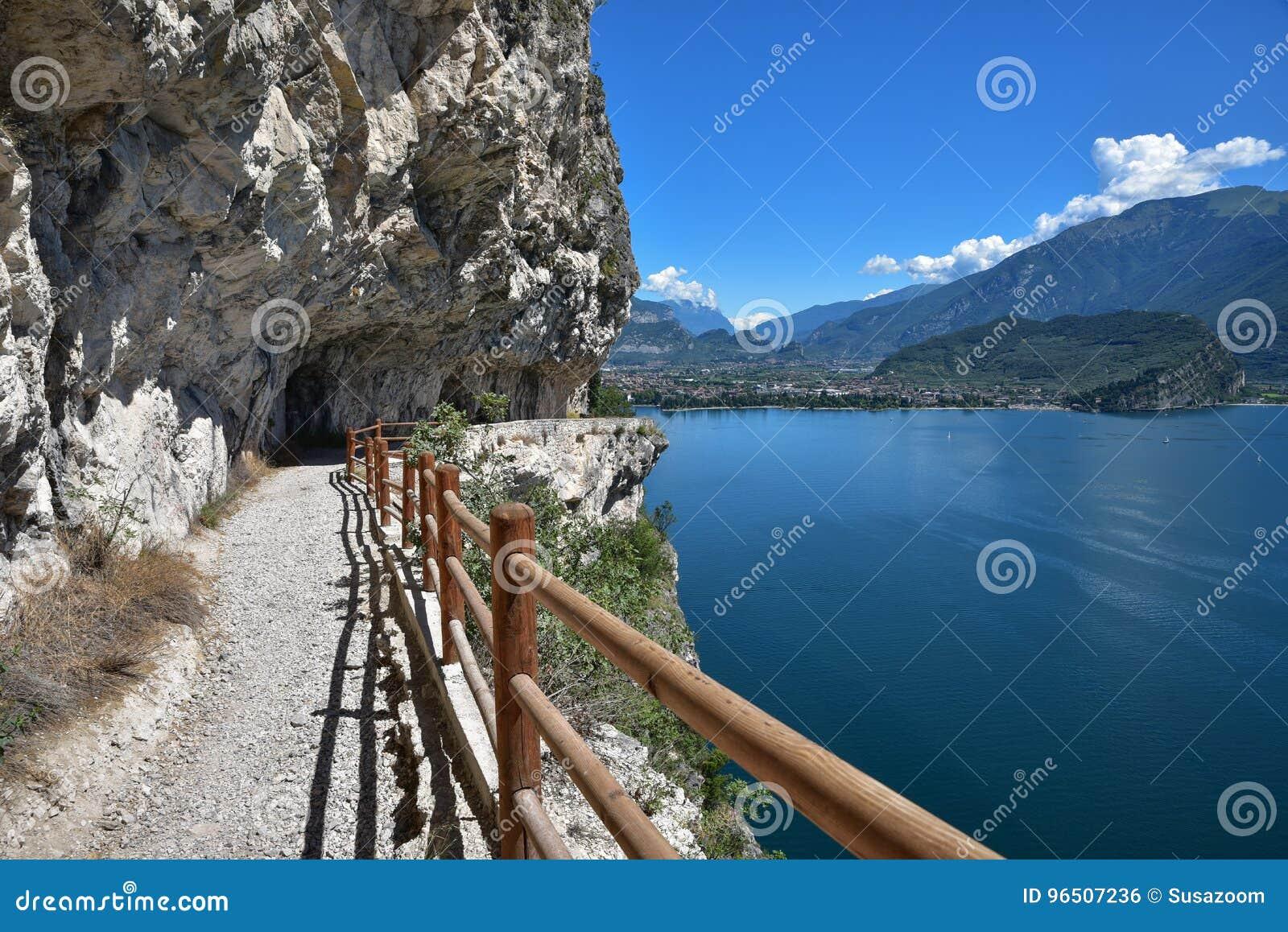 在garda湖的美丽的供徒步旅行的小道有惊人的看法