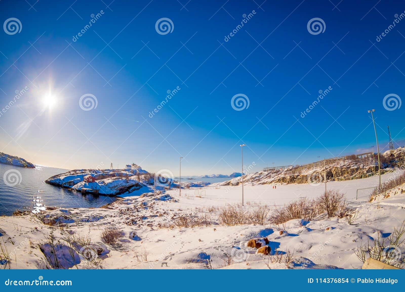 在Henningsvaer冻海湾的美好的晴天