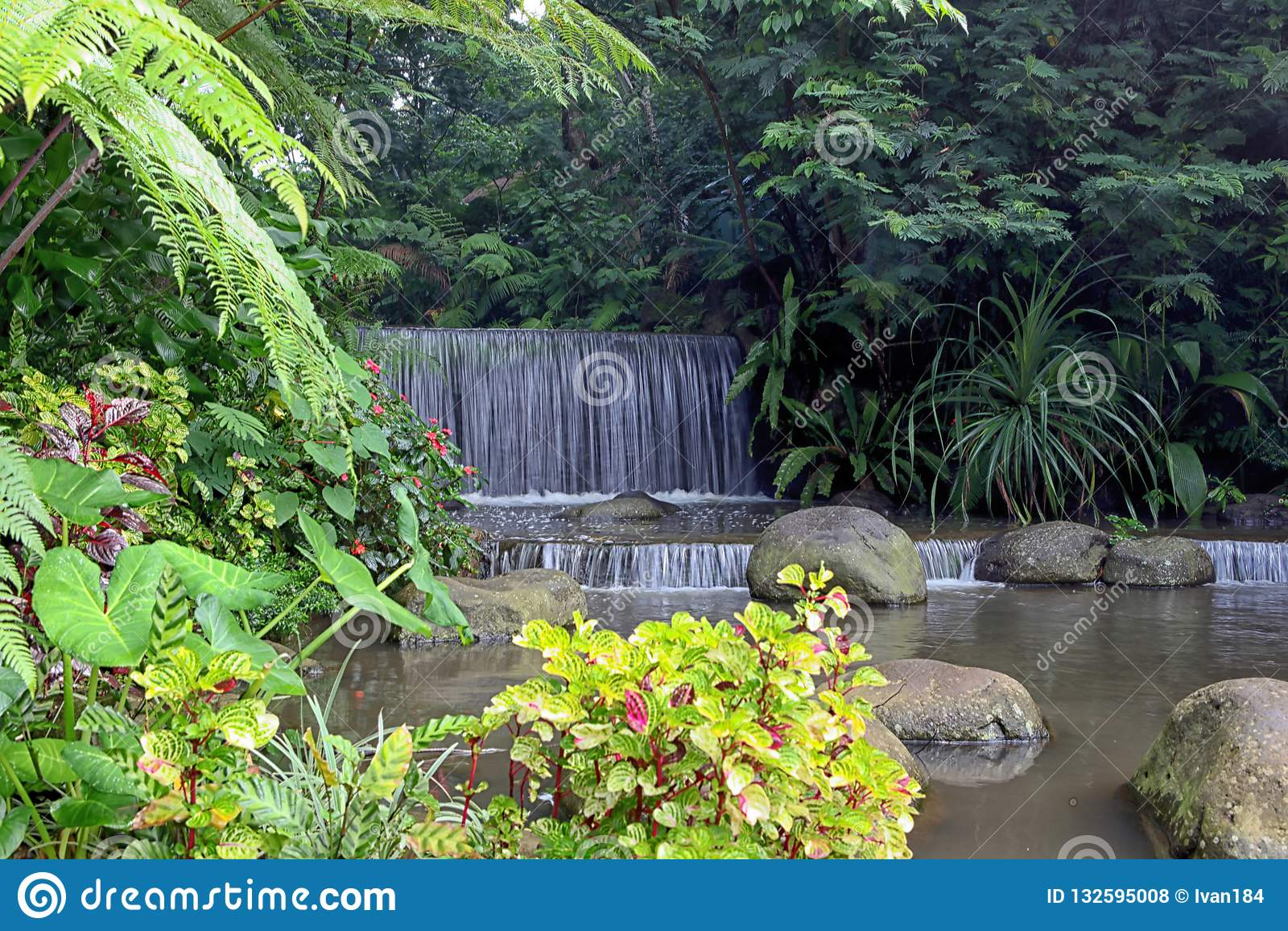在Imah Seniman手段,Lembang的微型瀑布 弹道 印度尼西亚