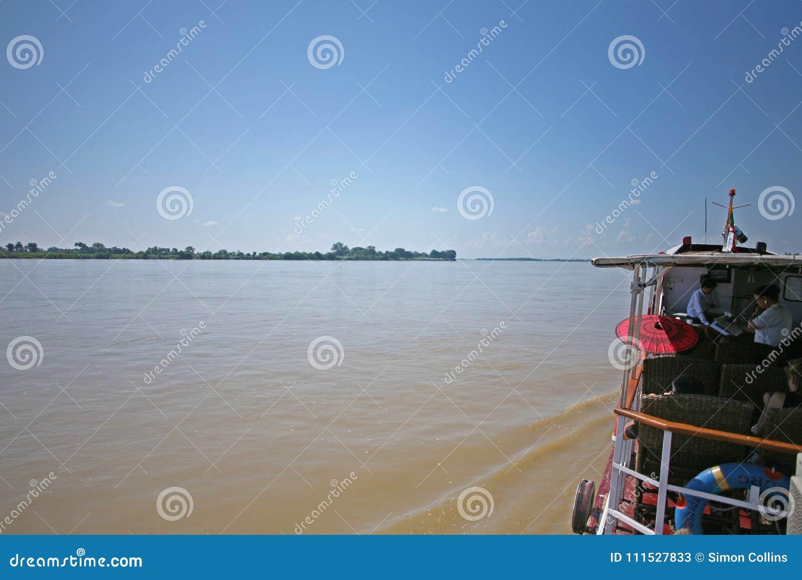 在Irrawaddy河的小船