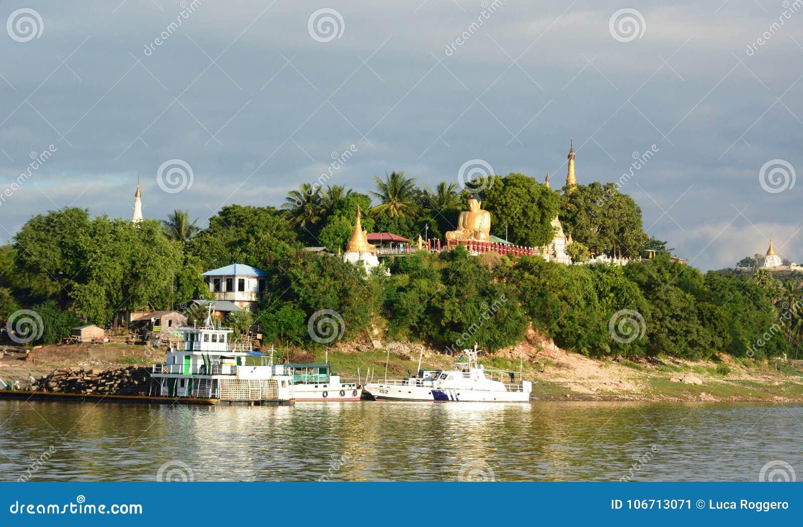 在Irrawaddy河附近的塔 实皆 缅甸