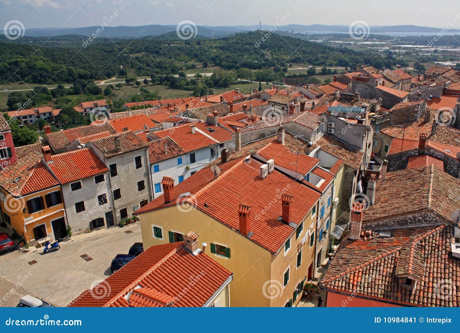 在istrian屋顶村庄之上