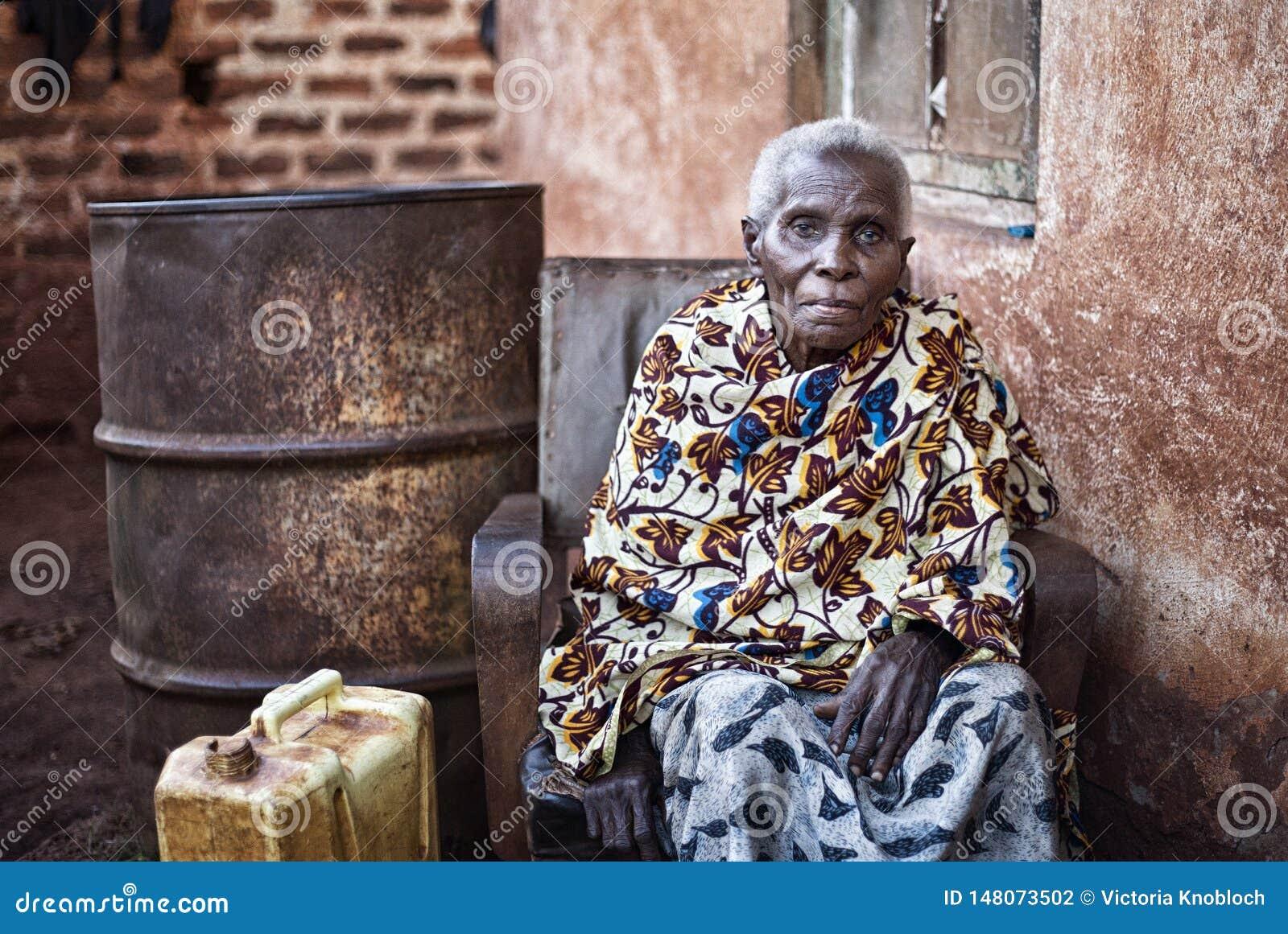 在Jinja附近的老妇人在乌干达