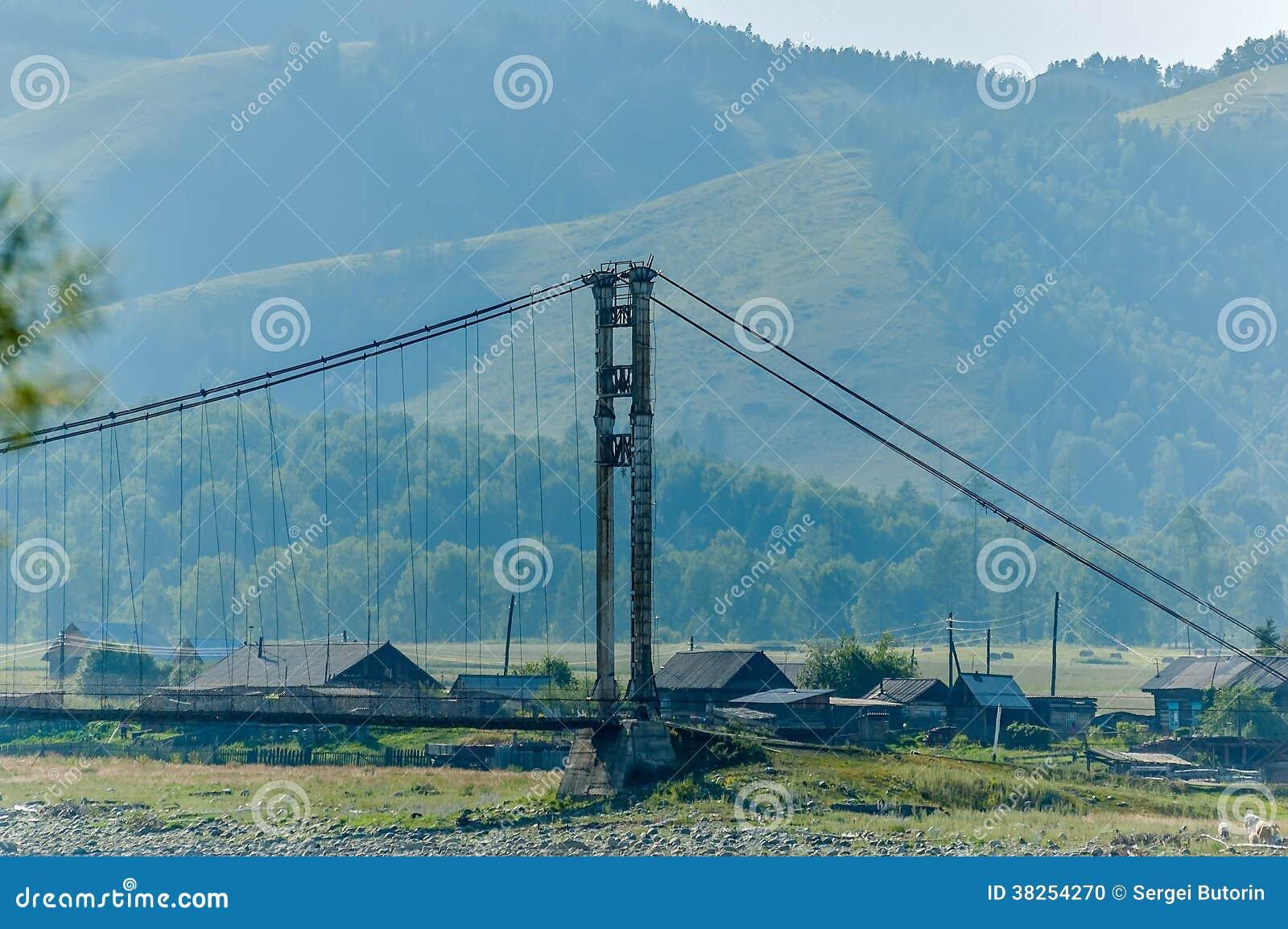 在Katun上的老吊桥