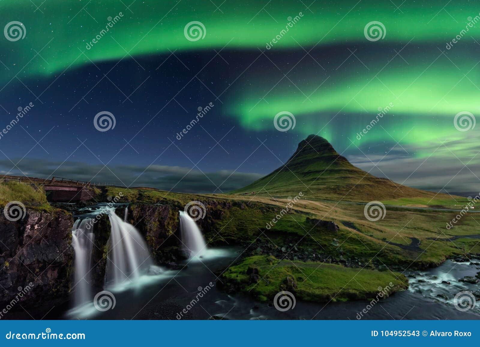 在Kirkjufell的极光Borealis在冰岛