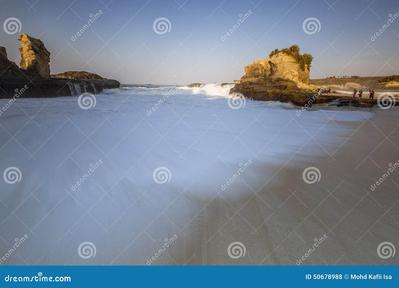 Download 在Klayar海滩,印度尼西亚的结冰的波动 库存照片. 图片 包括有 改良, 重婚, 行动, 上升, 印度尼西亚 - 50678988