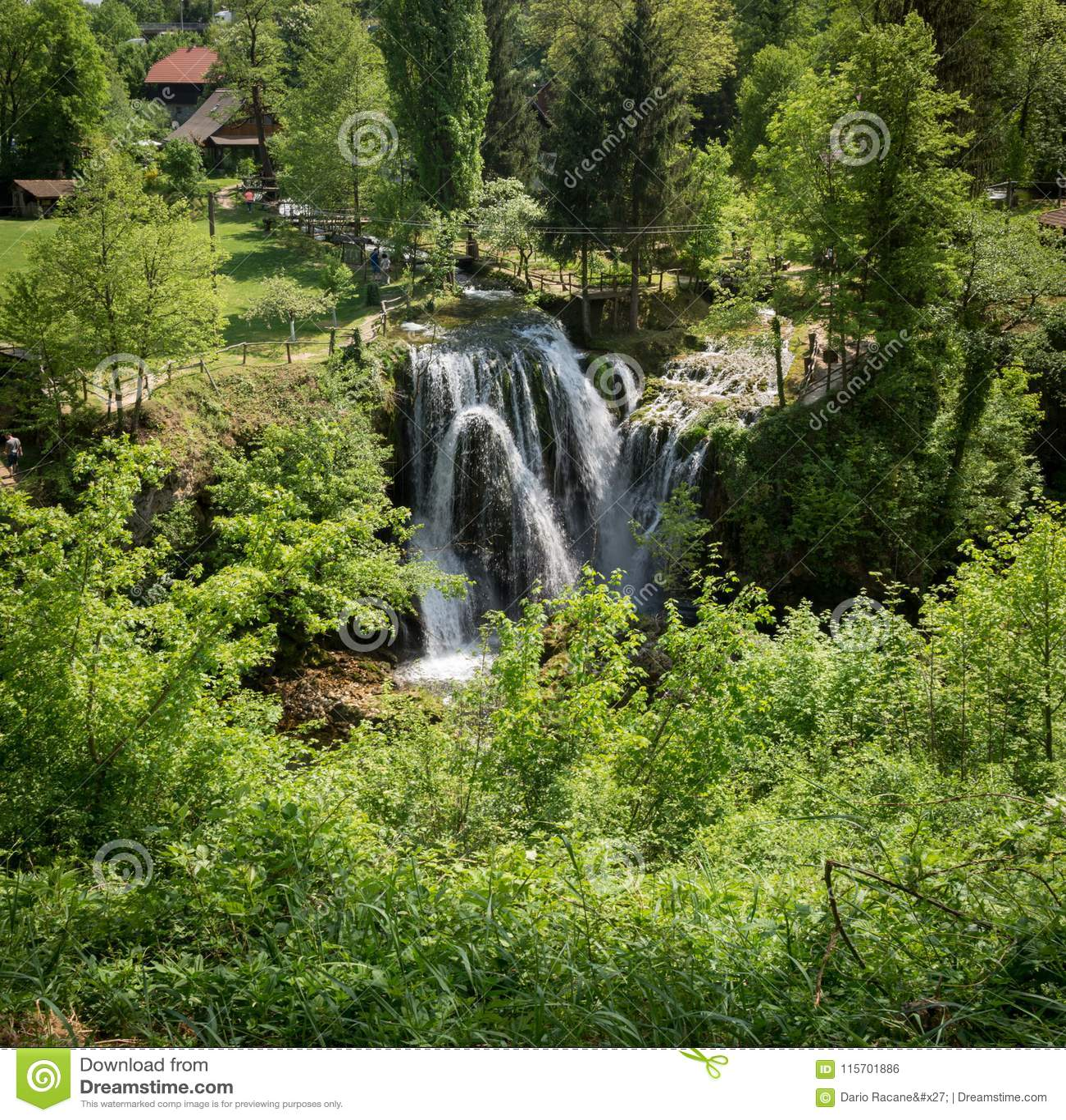 在Korana河的瀑布在Rastoke村庄  在斯卢尼附近在克罗地亚