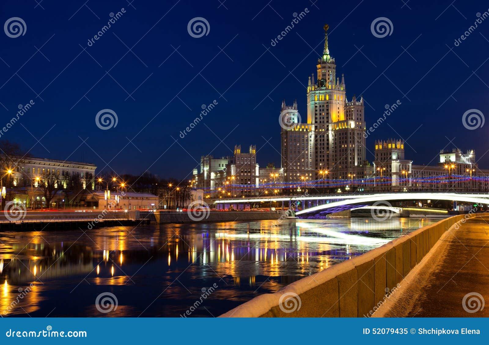 在Kotelnicheskaya堤防在夜照明,莫斯科的高层建筑物