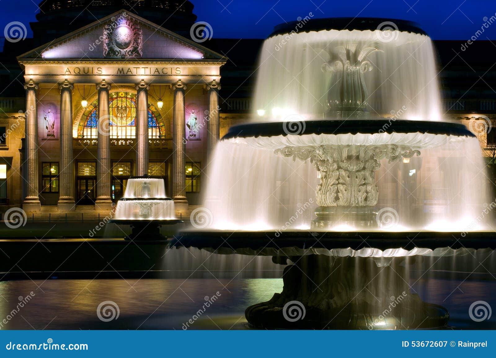 在Kurhaus的双重喷泉在威斯巴登,德国