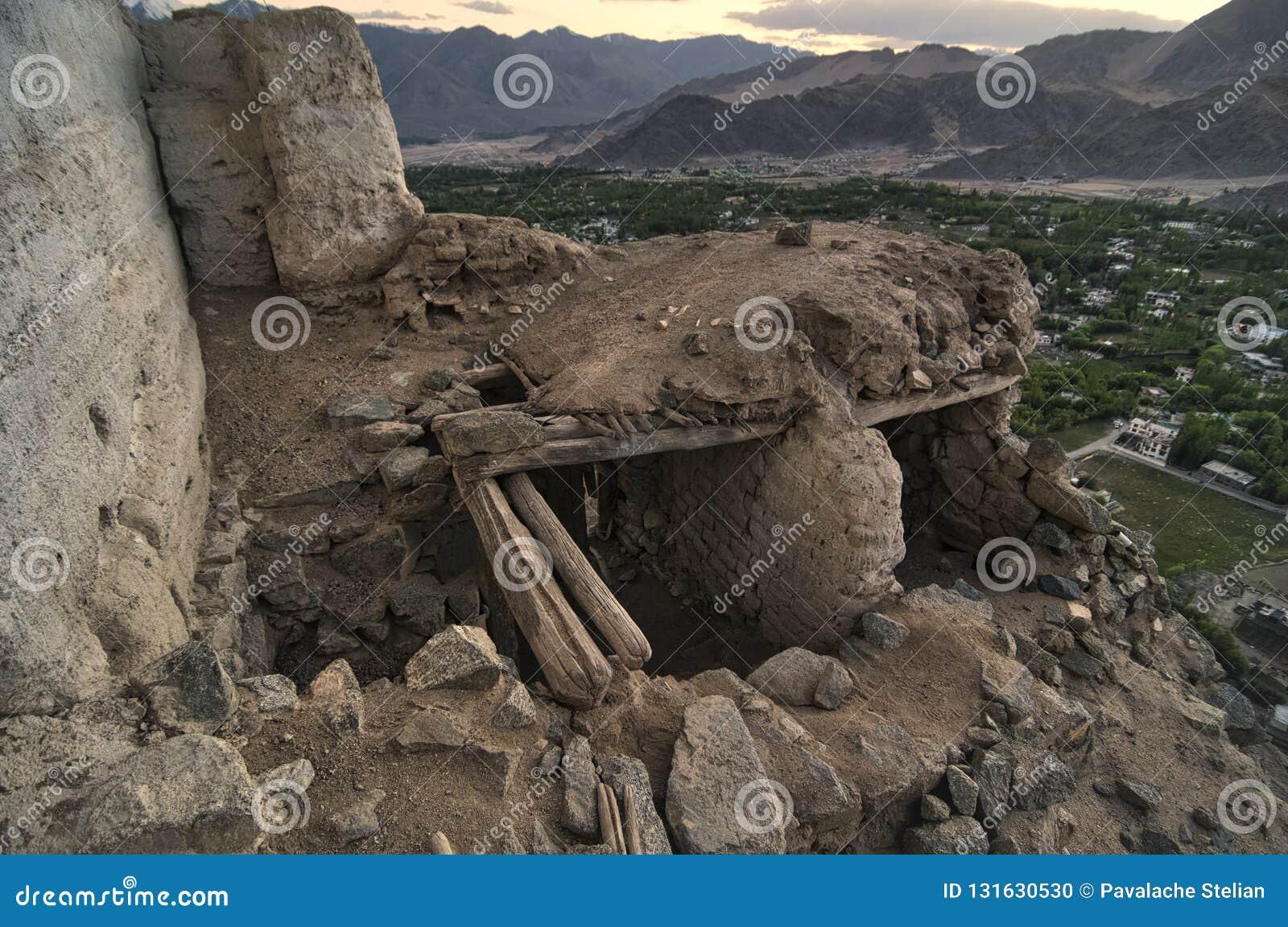 在Leh ladakh的日落前使与阳光的山环境美化