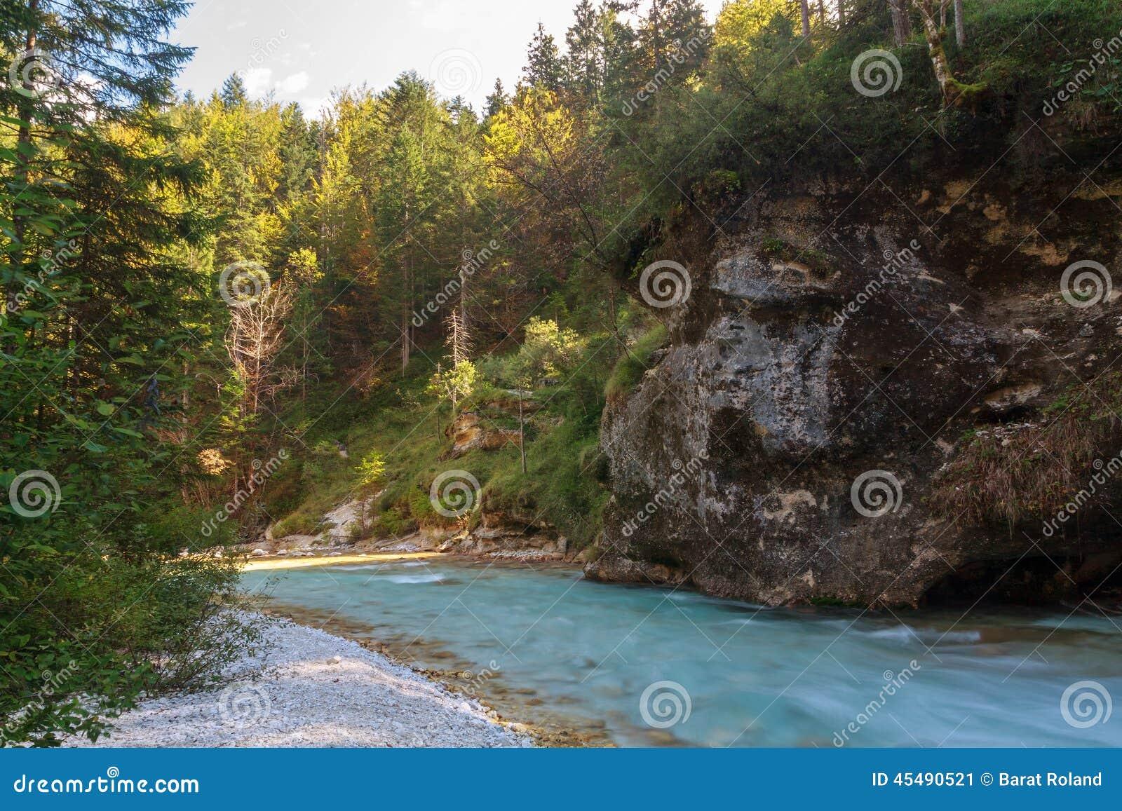 在Lepena谷的山小河